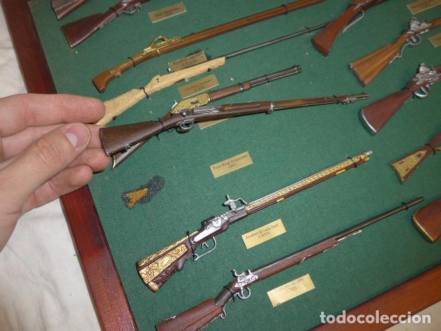 Militaria: Antiguo cuadro de fusiles y pistolas en miniatura, de madera y metal, ver fotos, muchas piezas. - Foto 4 - 241434910