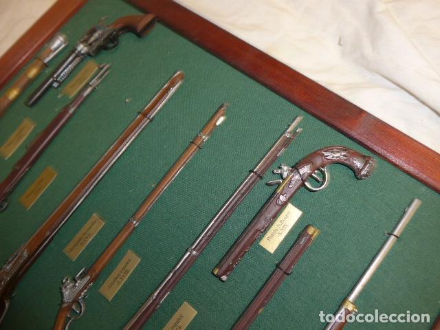 Militaria: Antiguo cuadro de fusiles y pistolas en miniatura, de madera y metal, ver fotos, muchas piezas. - Foto 6 - 241434910