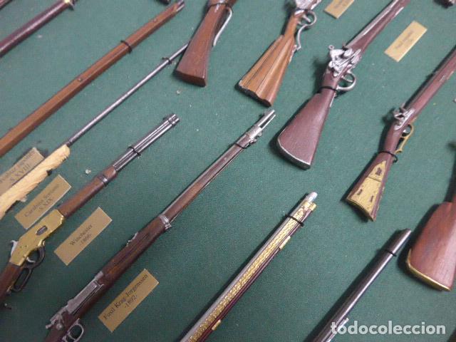 Militaria: Antiguo cuadro de fusiles y pistolas en miniatura, de madera y metal, ver fotos, muchas piezas. - Foto 8 - 241434910