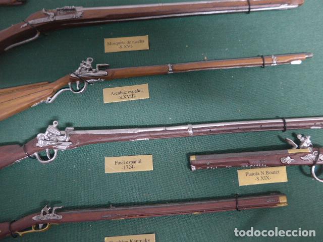 Militaria: Antiguo cuadro de fusiles y pistolas en miniatura, de madera y metal, ver fotos, muchas piezas. - Foto 10 - 241434910