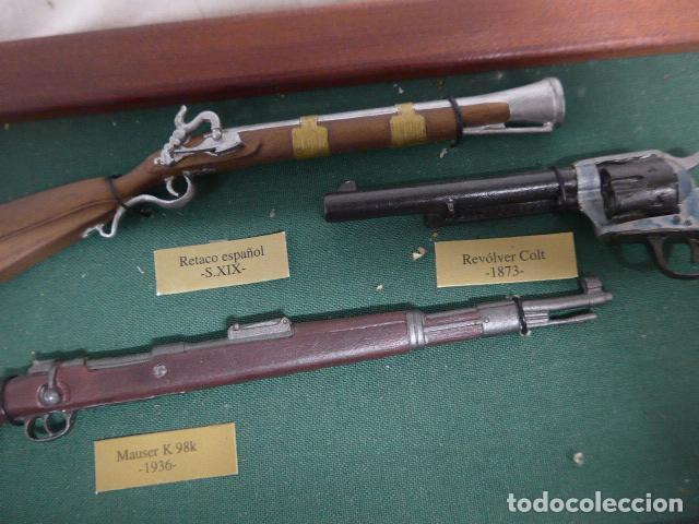 Militaria: Antiguo cuadro de fusiles y pistolas en miniatura, de madera y metal, ver fotos, muchas piezas. - Foto 12 - 241434910