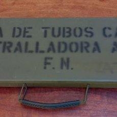 Militaria: MUY ESCASA CAJA MILITAR DE TUBOS CAÑON AMETRALLADORA AMELI ( VACÍA ) MIDE 50 X 15 X 4 CM. Lote 276482693