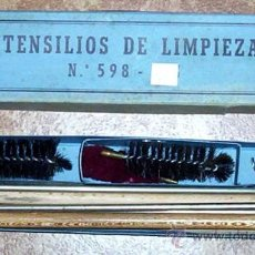 Militaria: ANTIGUA CAJA CON BAQUETA DESMONTABLE - UTENSILIOS KIT DE LIMPIEZA - ARMA - CAZA - AÑOS 60. Lote 27483878