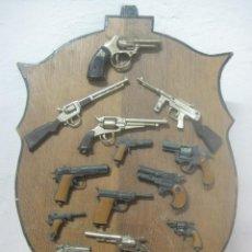 Militaria: PRECIOSA Y ANTIGUA PANOPLIA DE 15 PISTOLAS Y REVOLVER DE MUCHAS EPOCAS, EN MADERA DE NOGAL GRUESA. Lote 83135984
