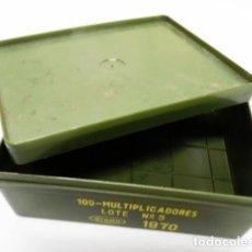 Militaria: CAJA DE PLÁSTICO VACÍA DEL EJÉRCITO PARA 100 MULTIPLICADORES,1970. Lote 178830712