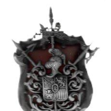 Militaria: ANTIGUA PANOPLIA EN MADERA ESCUDO ARMAS ATRAVESADAS -TOLEDO.DIMENSIONES 27 X 16 CM. Lote 190849258