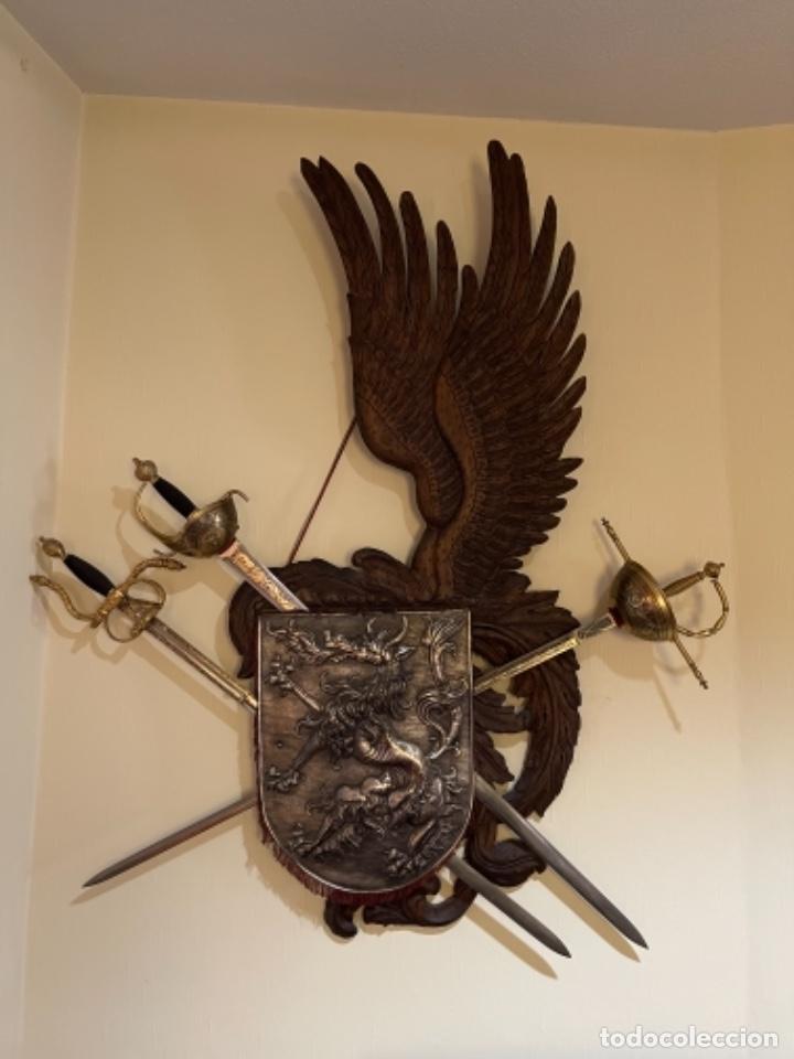 Militaria: Reproducción en madera y metal tallada panoplia con TRES espadas años 70 - Foto 2 - 255017485