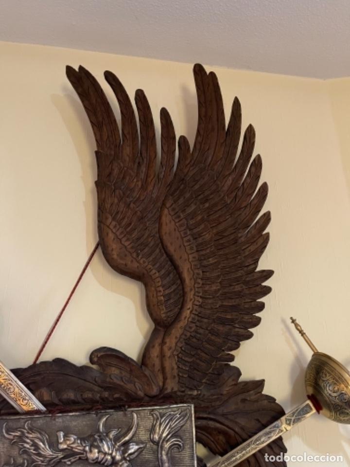 Militaria: Reproducción en madera y metal tallada panoplia con TRES espadas años 70 - Foto 3 - 255017485
