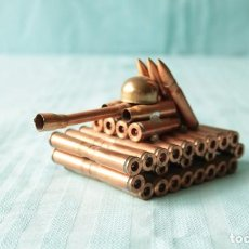 Militaria: CREATIVO TANQUE FABRICADO CON CASQUILLOS. CREATIVE TANK MADE WITH EMPTY BULLET SHELLS.. Lote 263787020