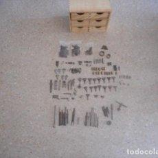 Militaria: CAJONERA CON 219 PIEZAS TORNILLOS Y HERRAMIENTAS ARMERO. Lote 265158259