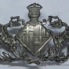 Militaria: ANTIGUO INSIGNIA O CHAPA QUE LLEVA EL ANTIGUO CASCO DE POLICÍA MONTADA DE BARCELONA, . Lote 36286310