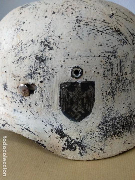 Militaria: Casco alemán M-40 original IIWW camuflaje nieve, con agujero de bala. Raro. - Foto 2 - 141934226