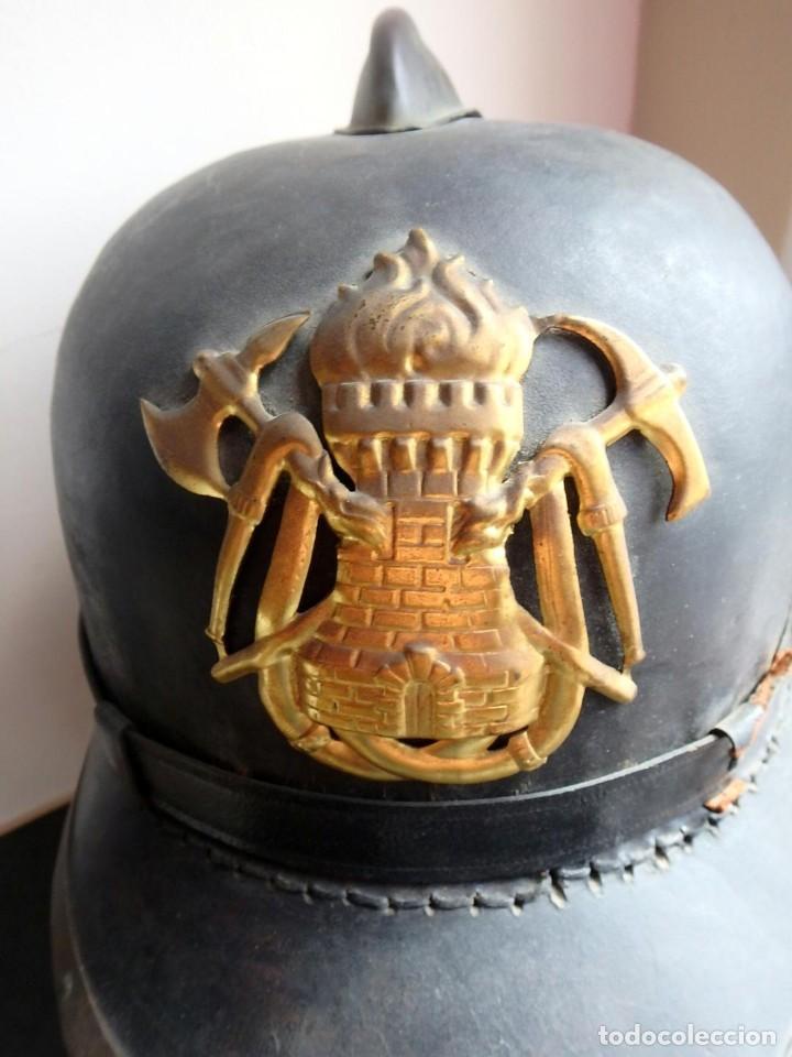 Militaria: (XJ-200740)Antiguo casco de Bomberos de Barcelona , cuero y aluminio , barboquejo roto ( ver fotos ) - Foto 2 - 213303301