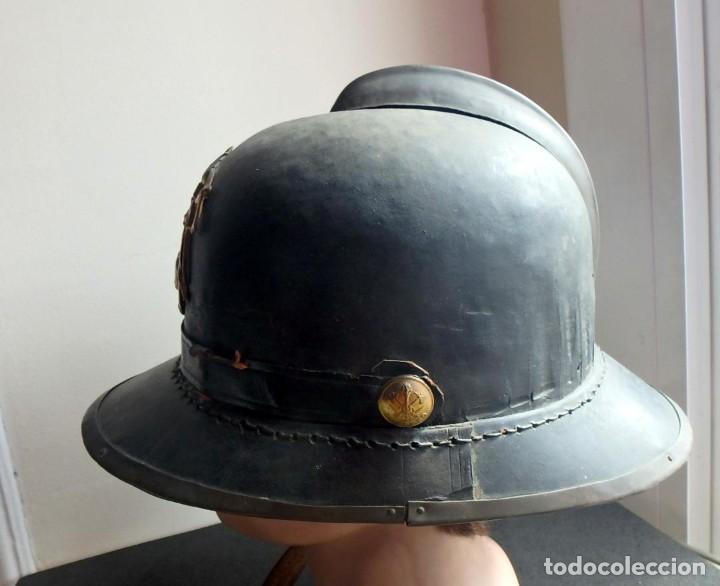 Militaria: (XJ-200740)Antiguo casco de Bomberos de Barcelona , cuero y aluminio , barboquejo roto ( ver fotos ) - Foto 3 - 213303301