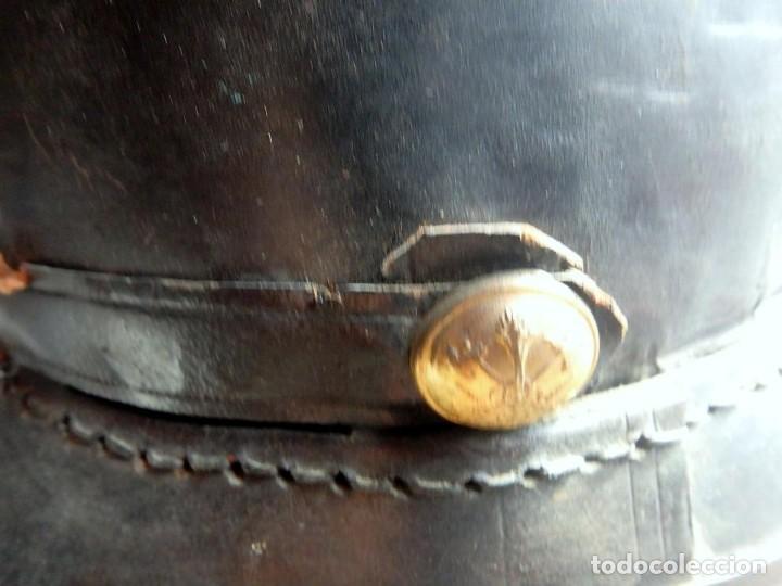 Militaria: (XJ-200740)Antiguo casco de Bomberos de Barcelona , cuero y aluminio , barboquejo roto ( ver fotos ) - Foto 5 - 213303301
