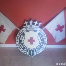 Militaria: ANTIGUO CARTEL DE MADERA DE LA CRUZ ROJA CON BANDERA. Lote 66226842