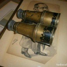 Militaria: ANTIGUOS PRISMATICOS BINOCULARES GRANDES LATÓN 19 CM. CON FILTRO COLOR AMARILLO. Lote 85259752