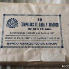 Militaria: PAQUETE DE COMPRESAS DE GASA Y ALGODÓN. AÑO 1958. SERVICIO FARMACÉUTICO DEL EJÉRCITO ESPAÑOL.. Lote 87501320
