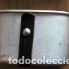 Militaria: CACILLO DE TROPA. CACILLO. VASO MILITAR DE ALUMINIO, TRABILLA CUERO NEGRO. ORIGINAL DE ÉPOCA. Lote 144855565