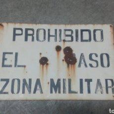 Militaria: PLACA PROHIBIDO EL PASO ZONA MILITAR. Lote 142265174
