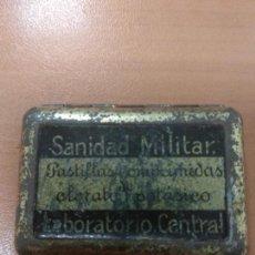 Militaria: ANTIGUA PEQUEÑA CAJA DE SANIDAD MILITAR, PASTILLAS COMPRIMIDAS, CLORATO DE POTASICO, LABORATORIO CEN. Lote 145295118