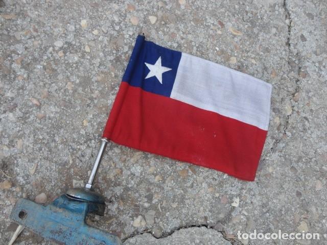 ANTIGUO BANDERIN PARA COCHE BANDERA CHILE SOPORTE DE HIERRO MED 36 X 19,5 CM TELA BANDERA 29 X 19 CM (Militar - Equipamiento de Campaña)