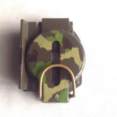 Militaria: BRUJULA METALICA CON LUPA, VERDE Y CON CAMUBLAJE . Lote 183033073