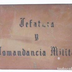 Militaria: LETRETERO DE LATÓN, AÑOS 50. Lote 195103178