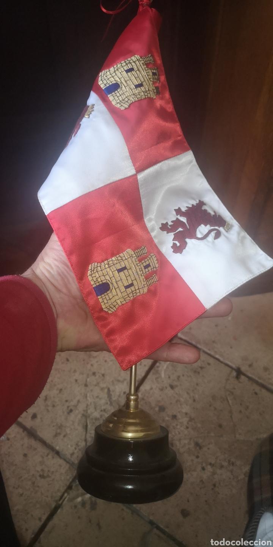 Militaria: Bandera bordada de Castilla y León para despacho con mástil y peana - Foto 4 - 196838492
