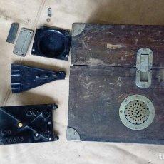 Militaria: CAJA Y PIECERÍO DE ANTIGUO TELÉFONO MILITAR DE CAMPAÑA ESPAÑOL.POST GUERRA CIVIL STANDARD ELÉCTRICA.. Lote 197288086