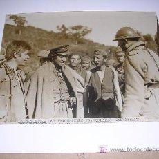 Militaria: FOTO ORIGINAL EXILIO LE PERTHUS 9 FEBER. 1939 DES PRISONNIERS FRANQUISTES CONVERSANT AVEC UN FANTASS. Lote 16058291