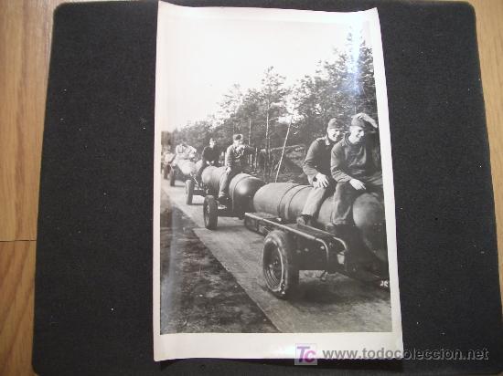 FOTOGRAFIA DE ALEMANES CON BOMBAS DE LA II GUERRA MUNDIAL - 1944 - CON DESCRIPCIÓN PARA PRENSA (Militar - Fotografía Militar - I Guerra Mundial)