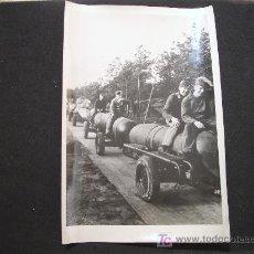 Militaria: FOTOGRAFIA DE ALEMANES CON BOMBAS DE LA II GUERRA MUNDIAL - 1944 - CON DESCRIPCIÓN PARA PRENSA. Lote 24280974