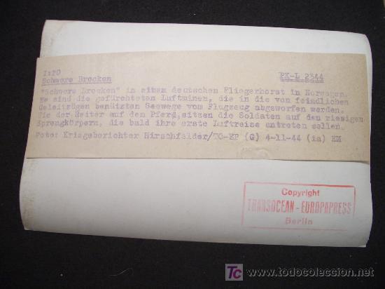 Militaria: FOTOGRAFIA DE ALEMANES CON BOMBAS DE LA II GUERRA MUNDIAL - 1944 - CON DESCRIPCIÓN PARA PRENSA - Foto 2 - 24280974