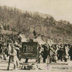 Militaria: FOTO ORIGINAL DE AGENCIA.GUERRA CIVIL ESPAÑOLA.22-02-1939.TROPAS EN PRATS DE MOLLO.REFUGIADOS.. Lote 9948595