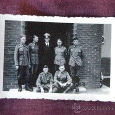 Militaria: FOTOGRAFIA DE UN OFICIAL ALEMAN CON VARIOS SOLDADOS. Lote 26814638