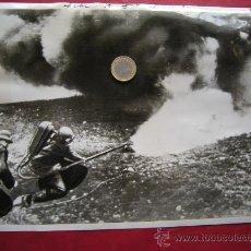 Militaria: FOTO LANZALLAMAS ALEMAN EN BUNKER, ORIGINAL+RECORTE DE PRENSA, TAMAÑO FOLIO!!!!!!!!!!!!!!!!!!!!. Lote 26347448