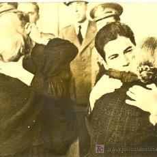 Militaria: ESPAÑA .FOTOGRAFIA DE 1940 DE PRESOS ABRAZANDO A SUS FAMILIARES. Lote 19084585