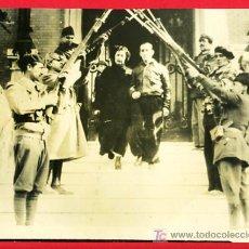 Militaria: FOTO GUERRA CIVIL, PERSONAJE IMPORTANTE SALIENDO DE SU CASA , F490. Lote 27525742