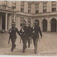 Militaria: LEGIÓN EXTRANJERA?, ANTIGUA FOTOGRAFÍA DE SOLDADOS FRANCESES EN EL CAMBIO DE LA GUARDIA.. Lote 26273685