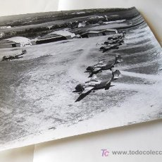 Militaria: DOS FOTOGRAFIAS DEL AERODROMO DE CHINCHILLA ALBACETE - LLEGADA CARIBU AÑOS 70 - EJERCITO DEL AIRE. Lote 18750032