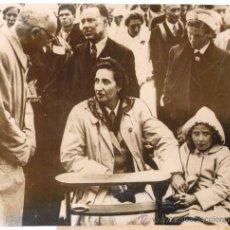 Militaria: 1946.-FOTOGRAFÍA (FAMILIA REAL).-PEREGRINACIÓN DE LA DUQUESA DE BARCELONA A FÁTIMA CON SU HIJA MARGA. Lote 15573853