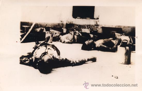 FOTOGRAFIA ORIGINAL DE MUERTOS EN LA CARCEL DE ARAHAL SEVILLA A LA LLEGADA DEL EJERCITO NACIONAL. (Militar - Fotografía Militar - Guerra Civil Española)