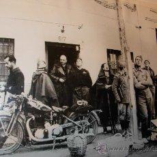 Militaria: FOTOGRAFIA ORIGINAL - GUERRA ESPAÑOLA - REBELDES MIRAN AVIONES QUE BOMBARDEARAN MADRID-AÑO 1936. Lote 27523565