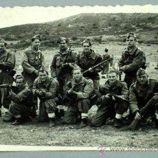 Militaria: FOTO MILITAR GRUPO SOLDADOS POSANDO CON SUS ARMAS 1956. Lote 16079419