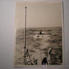Militaria: FOTO ORIGINAL GUERRA CIVIL - AVION REBELDE RECOGIDO EN EL MAR POR UN BUQUE DE GUERRA -AÑO1938. Lote 24091251