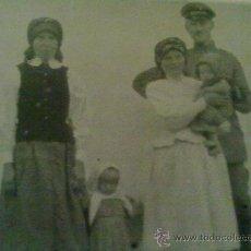 Militaria: FOTO ORIGINAL ALEMANA I GUERRA MUNDIAL ,SOLDADO CON CIVILES. Lote 27093235