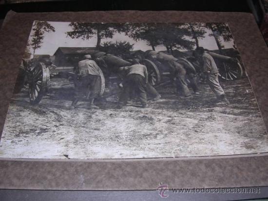 FOTOGRAFIA DE EPOCA,SOLDADOS CON CAÑONES,MONTADA SOBRE CARTULINA DE EPOCA,28X22 CM. (Militar - Fotografía Militar - I Guerra Mundial)