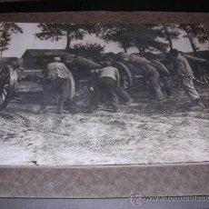 Militaria: FOTOGRAFIA DE EPOCA,SOLDADOS CON CAÑONES,MONTADA SOBRE CARTULINA DE EPOCA,28X22 CM.. Lote 17782479