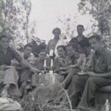 Militaria: FOTO ORIGINAL GUERRA CIVIL ESPAÑOLA ,SOLDADOS NACIONALES COMIENDO. Lote 27230719